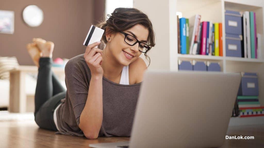Frau online einkaufen und lächeln