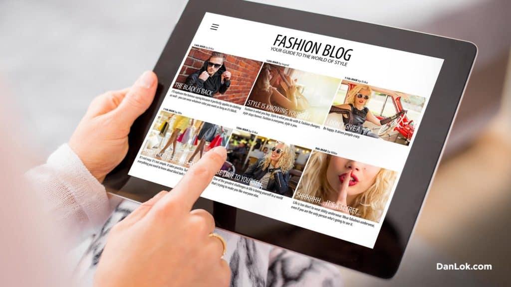 Frau, die einen Modeblog auf ihrem iPad betrachtet